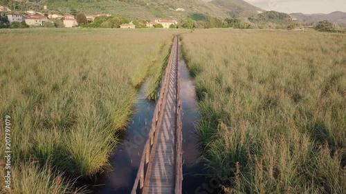 Fototapeta Ponte di legno nell'oasi naturale. Vista aerea
