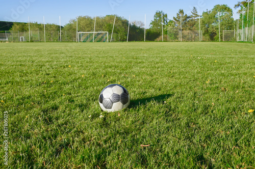 Im Sommer auf einem leeren Fußballplatz. Der Rasenplatz hat am Spielfeldrand keine Werbung angebracht. Ländliche Gegend im Sauerland. - 207805075
