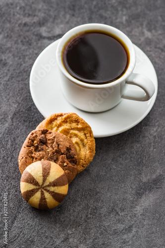 Filiżanka kawy i słodkich ciasteczek.