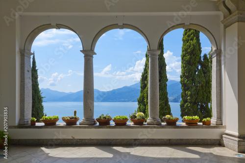 Piękny widok na jezioro Como z tarasu Villa Monastero