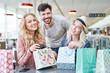 Leinwanddruck Bild - Glückliche Teenager packen Einkaufstüten aus