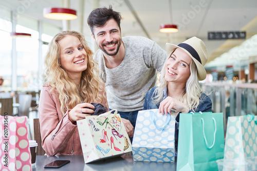 Leinwanddruck Bild Glückliche Teenager packen Einkaufstüten aus