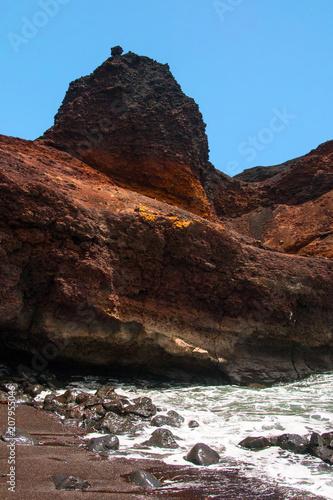 Fotobehang Diepbruine Playa con acantilado rojo en Punta del Teno, Tenerife, Canarias