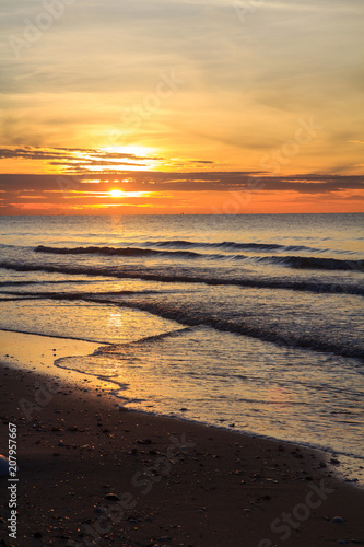 Fotobehang Zee zonsondergang Sunrise at the sea