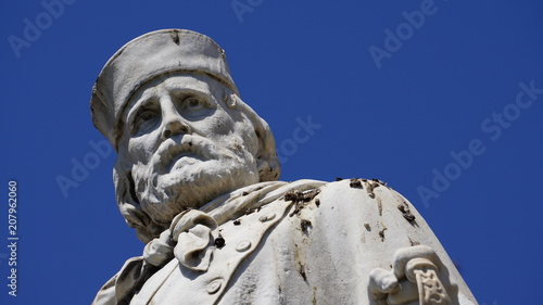 Foto Murales statue in white marble of Garibaldi seen from below in the morning sun