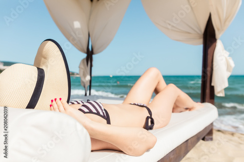 Kobiety garbarstwo na plaży w jej wakacje na słonecznym dniu