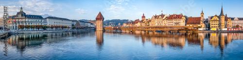 Leinwanddruck Bild Luzern Stadtpanorama mit Altstadt und Wasserturm, Schweiz