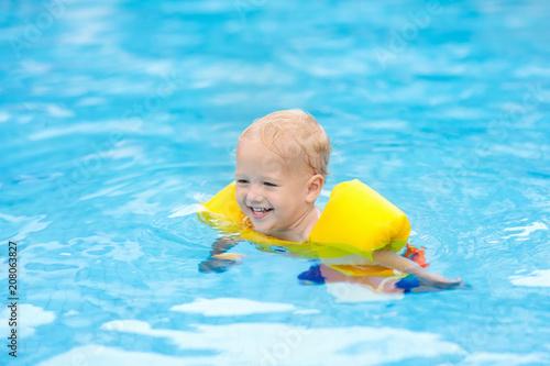 Dziecko w basenie. Dzieci pływają.