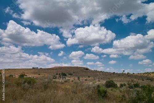 Aluminium Donkergrijs Flat hill landscape, cloudy summer sky
