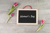 Fototapeta Tulips - tablica z napisem Women's Day otoczona przez tulipany © iwona666