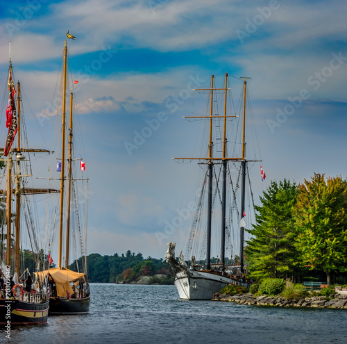 Aluminium Zeilen Three Tall Ships moored at the entrance to a harbour