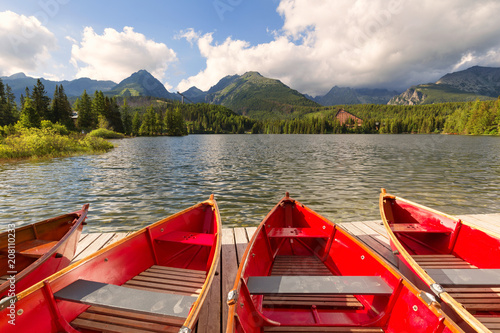 Canvas Zalm Panorama mountain lake Strbske Pleso in the Tatra mountains. Summers colors and boat for swimming