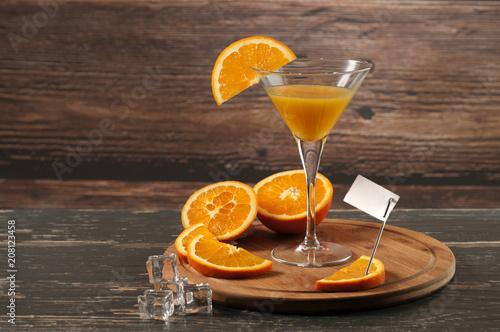 Aluminium Sap sok pomarańczowy w kieliszku z plasterkiem pomarańczy