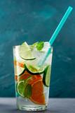 mineralwasser mit lemon und orange und eiswürfel