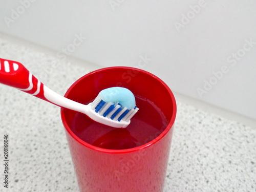 Utensilien für die tägliche Zahnpflege im Badezimmer