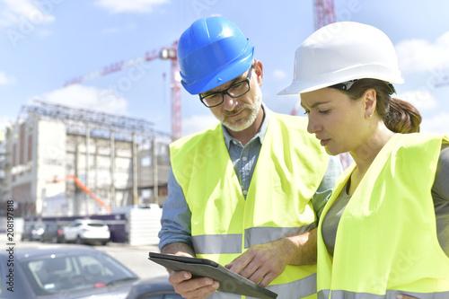 Kierownik budowy i inżynier pracuje na budowie