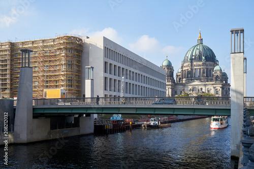 Fotobehang Berlijn Baustelle Humboldtforum und Berliner Dom von der Spreeseite