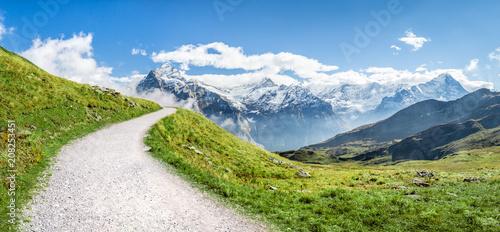 Leinwanddruck Bild Berglandschaft in den Schweizer Alpen im Sommer