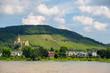 Schloss Arenfels in Bad Hönningen am Rhein zwischen Weinfeldern