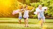 Leinwanddruck Bild - Mädchen laufen und haben Spaß im Sommer