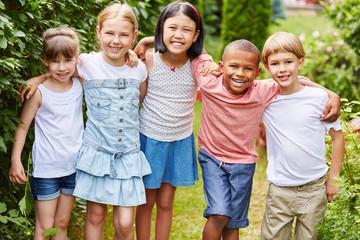 Multikulturelle Kinder als Freunde © Robert Kneschke