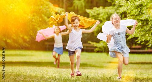 Leinwanddruck Bild Mädchen laufen und haben Spaß im Sommer