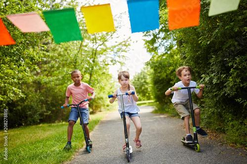Leinwanddruck Bild Kinder machen ein Wettrennen