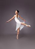 elegante Ballet-Tänzerin auf grauem Hintergrund