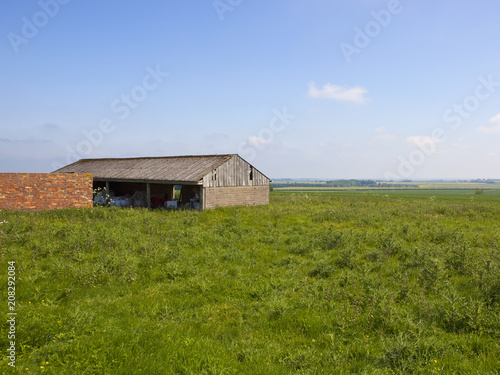 Canvas Blauwe hemel upland farm buildings