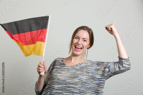 Fotobehang Voetbal Junge Frau jubelt mit einer Deutschlandfahne