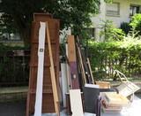 Planches jetées dans la rue. Encombrants - 208361465