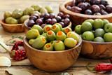 olive miste su sfondo rustico