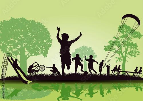 Vergnügte Kinder spielen im Park