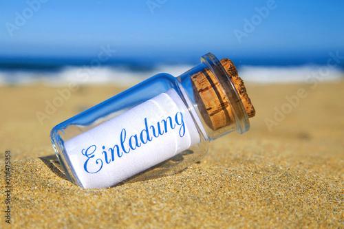 Leinwanddruck Bild Flaschenpost am Strand: Einladung