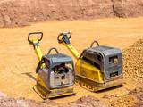 Rüttelplatte auf einer Baustelle im Straßenbau - 208478041