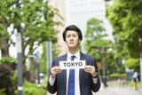 東京を紹介するビジネスマン