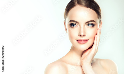 Piękna młoda kobieta z czystą skórę świeżego odwracając. Dziewczyna piękna pielęgnacja twarzy. Zabieg na twarz . Kosmetologia, piękno i spa.