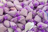 Lavendelsäckchen auf einem Markt in Frankreich - 208522651