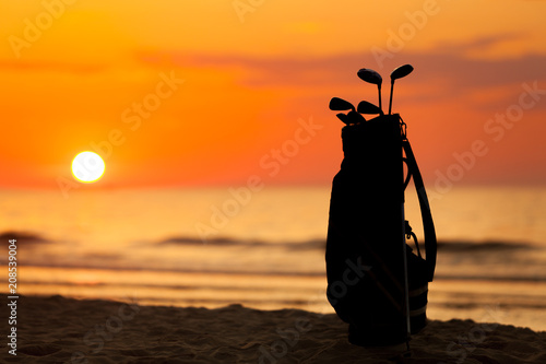 Fotobehang Zee zonsondergang Idyllic shot of sunset and golf clubs