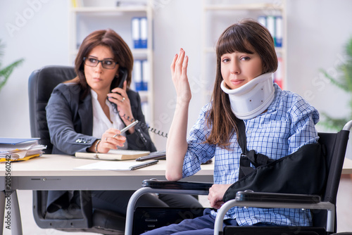 Fotobehang Hoogte schaal Injured employee visiting lawyer for advice on insurance