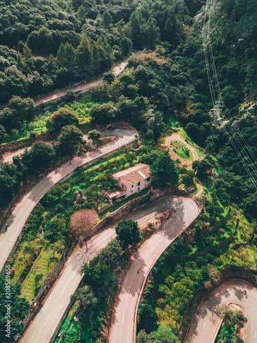 Aluminium Bergrivier Kurven Strasse von Oben Serpentine winding Road über den wolken im Nebel Abenteuer Reisen