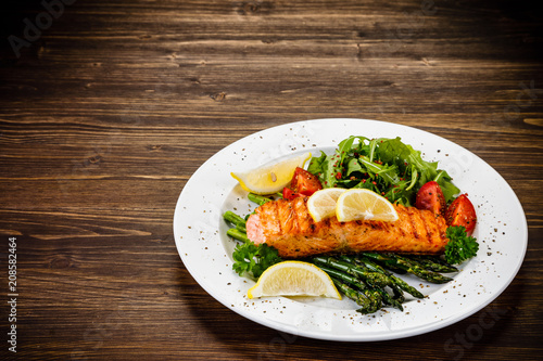 Grilled salmon and asparagus - 208582464