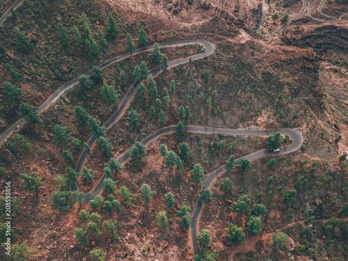 Aluminium Cappuccino Kurven Strasse von Oben Serpentine winding Road über den wolken im Nebel Abenteuer Reisen