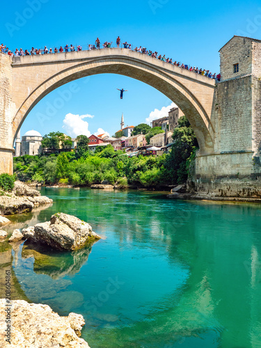 Fototapeta Mostarbrücke mit Springer