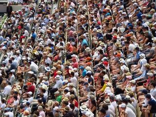 Foule de spectateurs assis dans les tribunes de Roland-Garros, à Paris (France)