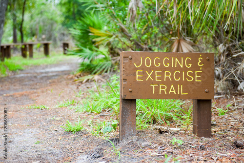 Fotobehang Hardlopen Jogging and exercise trail sign