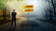 Leinwanddruck Bild - Geschäftsmann steht an Weggabelung zwischen klarer Theorie und ungewisser Praxis