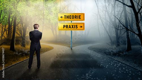 Leinwanddruck Bild Geschäftsmann steht an Weggabelung zwischen klarer Theorie und ungewisser Praxis