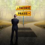 Geschäftsmann steht an Gabelung zwischen Theorie und Praxis