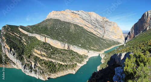 Canvas Khaki Spectacular cliff and reservoir in Montrebei Catalonia